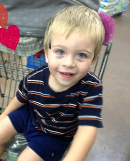 Dexter, filho de Katie, é um 'menino sociável, tranquilo, contente e que adora a cor rosa'