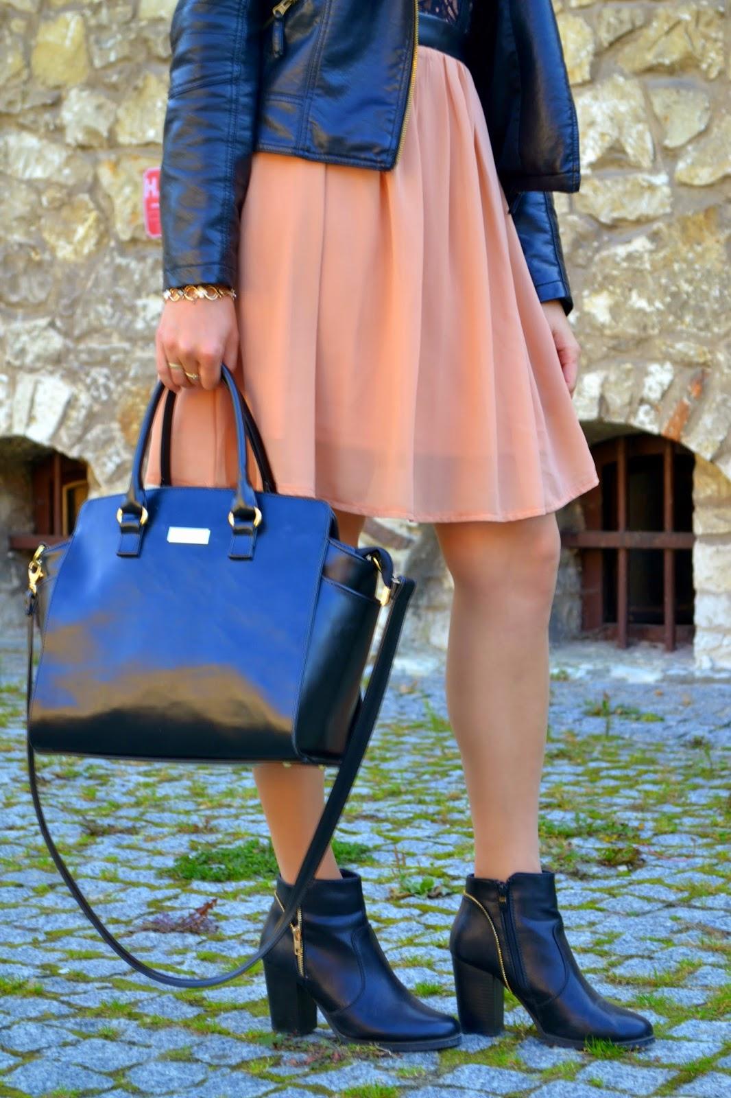 trapezowy kuferek, dziewczęca sukienka, letnia sukienka z botkami i ramoneską, brzoskwiniowa sukienka ze skórkowymi wstawkami, wstawki skorkowe na sukience, co założyć do czarnej ramoneski, botki na słupku, kozaki z zamkiem złotym
