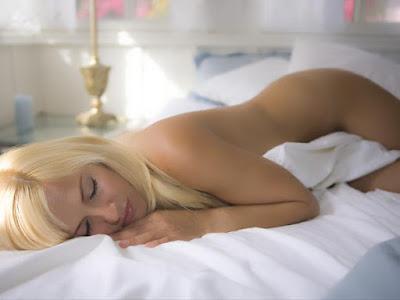 Dormir pelada faz bem: 6 motivos para adotar esse costume