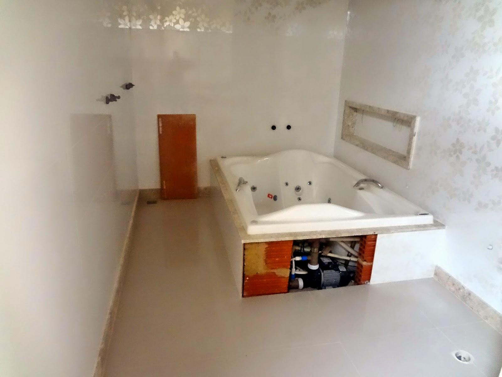 banheiro com banheira de hidromassagem luxo banheiro branco com bege  #6F381A 1600x1200 Banheiro Branco Bege