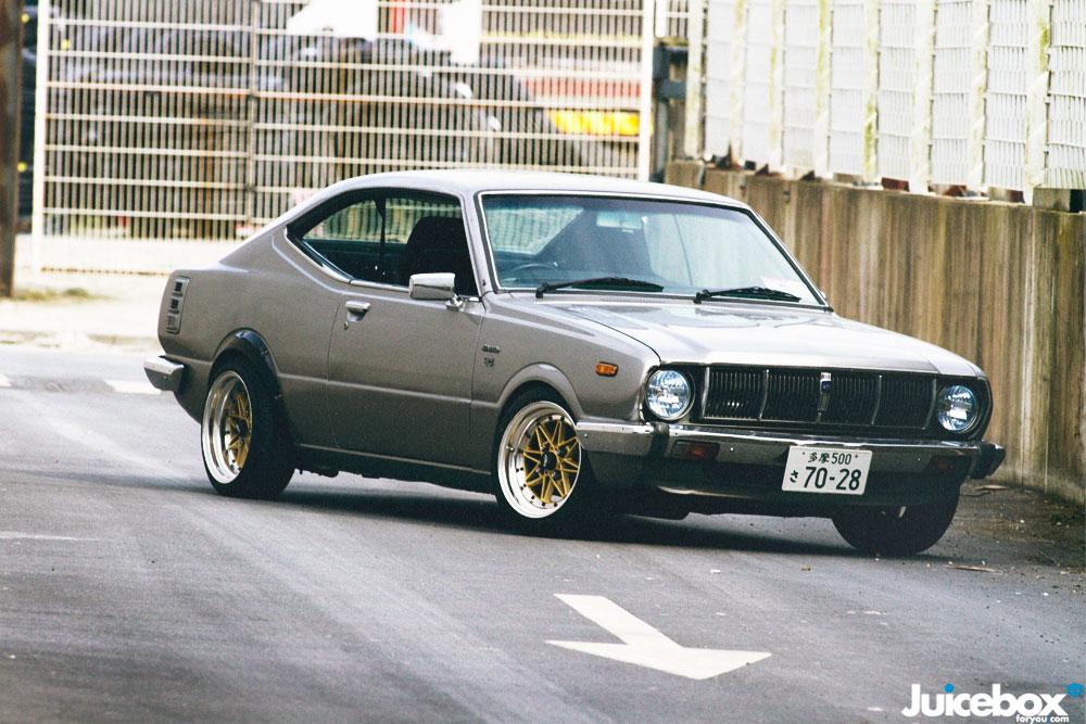 Toyota Corolla KE55, japoński samochód, auto, stary, nostalgic, klasyczny, youngtimer, oldschool, classic, old, napęd na tył, RWD, zdjęcia, przód, felgi, tuning