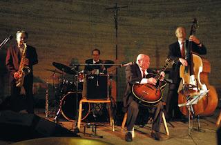 http://www.huffingtonpost.it/paolo-romano/nel-jazz-di-coco-schumann-la-musica-racconta-la-shoah_b_4672983.html