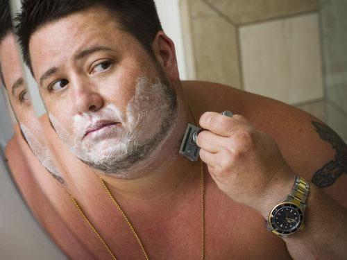 Fazendo a barba: Chaz Bono conta que queria ter feito a 'transição' antes (Foto: Divulgação)