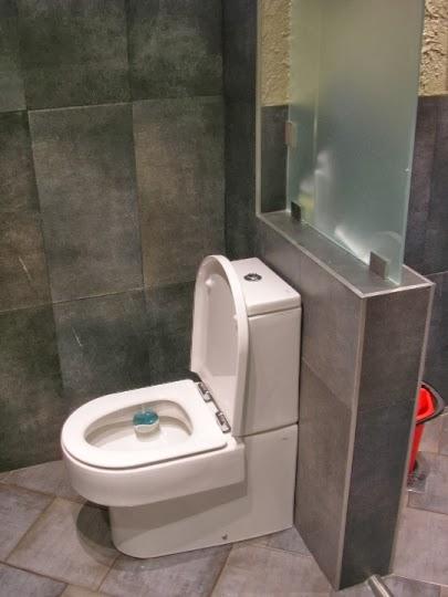 Тоалетна със стъклен параван към душ кабината