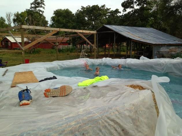 Hazlo tú mismo : como hacer una piscina con una lona y fardos de ...