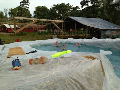 Hazlo tú mismo : Como hacer una piscina con una lona y fardos de heno