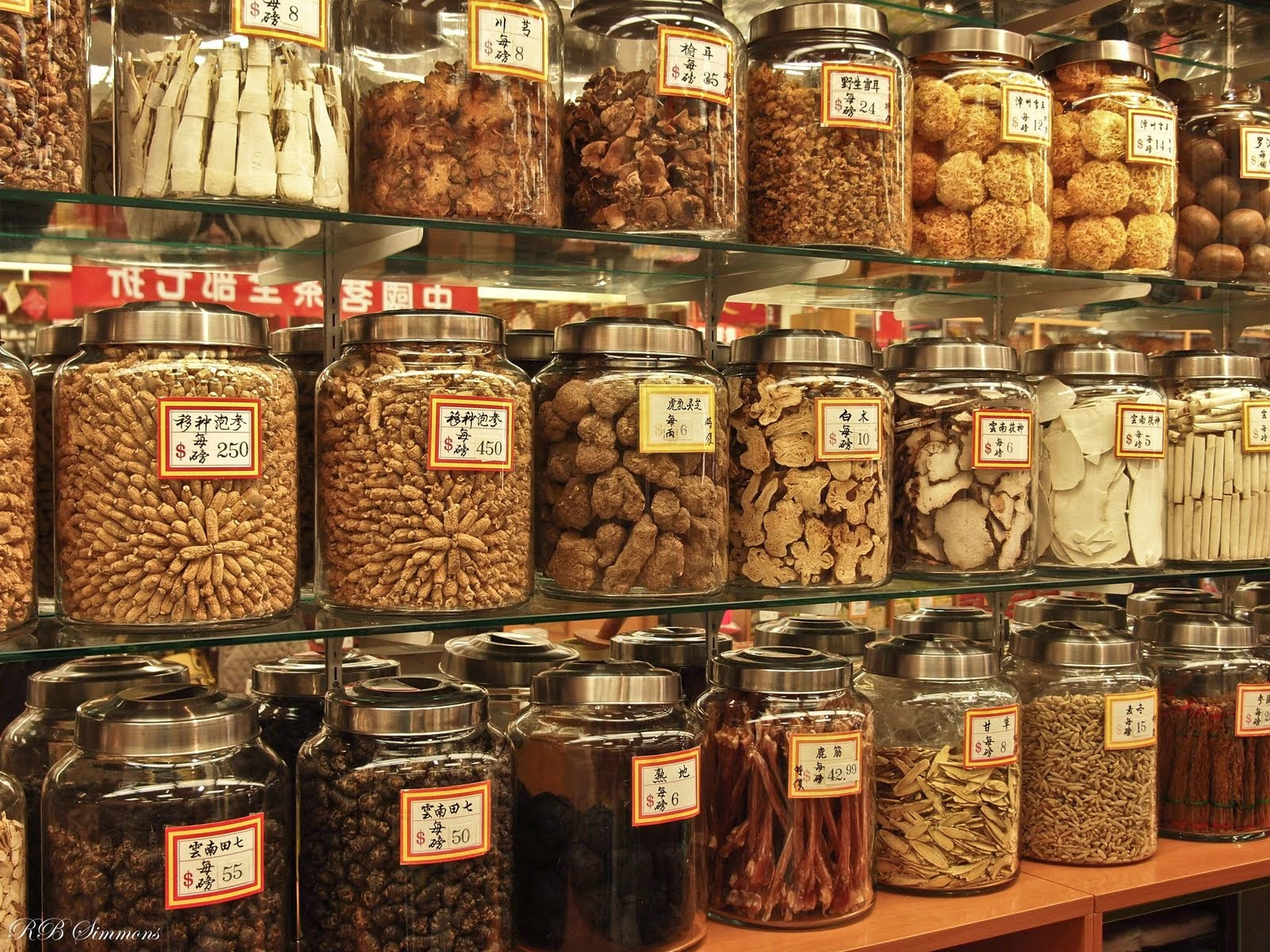 traditional herbal medicine Traditional herbal medicine, alternative medicine or natural herbal medicine is an effort to keep the body healthy strong, solid, unbiased and always in top condition and to treat human diseases of modern humans, lack of energy without causing harmful side effects.