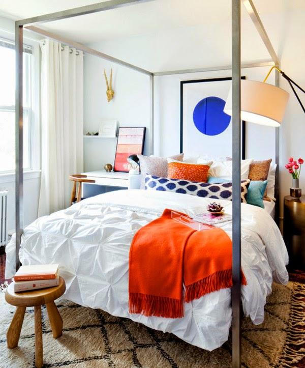 cama con estructura cuadrada de metal alfombra ben ourani cojines colores dormitorio femenino