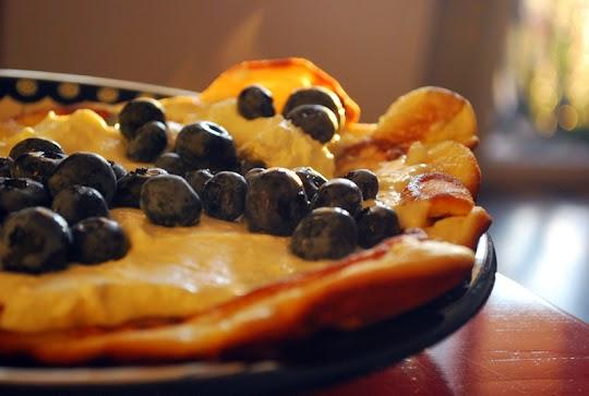 Omlet z borówką amerykańską i z bitą śmietaną