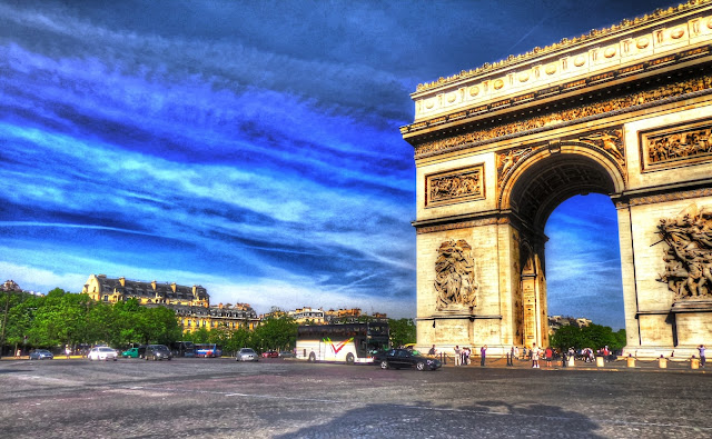 Arc de triomphe deep blue sky