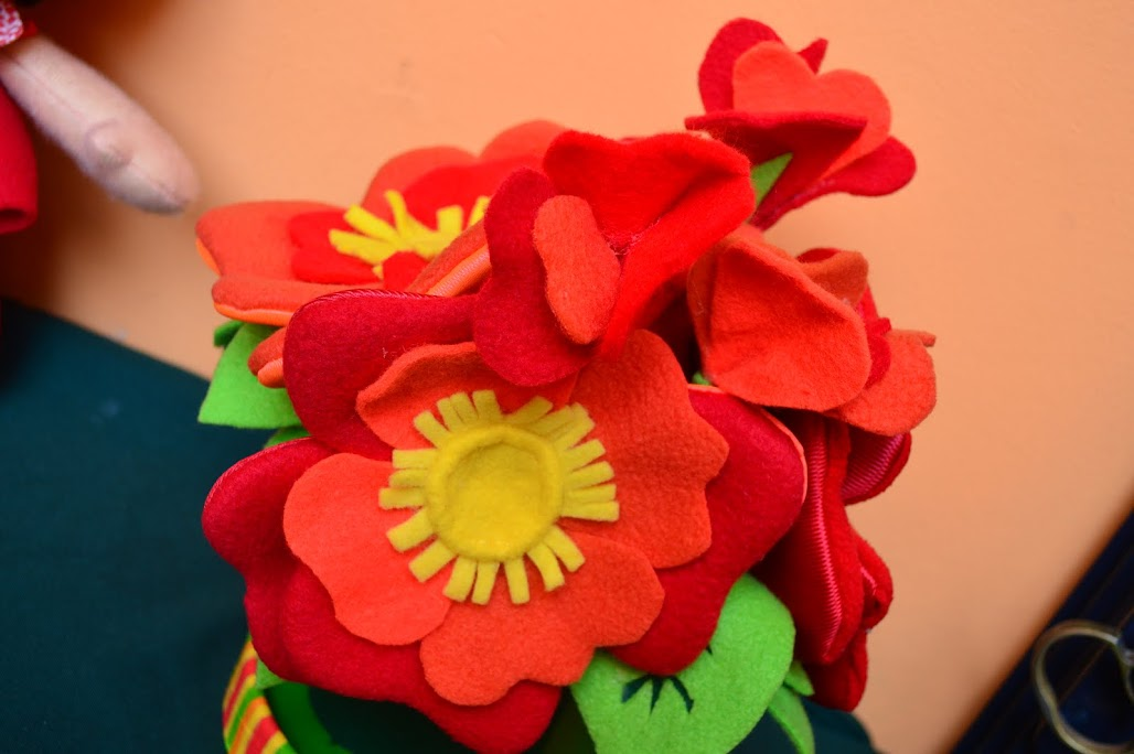 y sino este hermoso ramo de flores rojas como centro de mesa