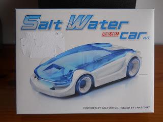 coche en miniatura con motor de agua salada