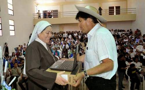 Presidente entrega computadoras a docentes en Yacuiba