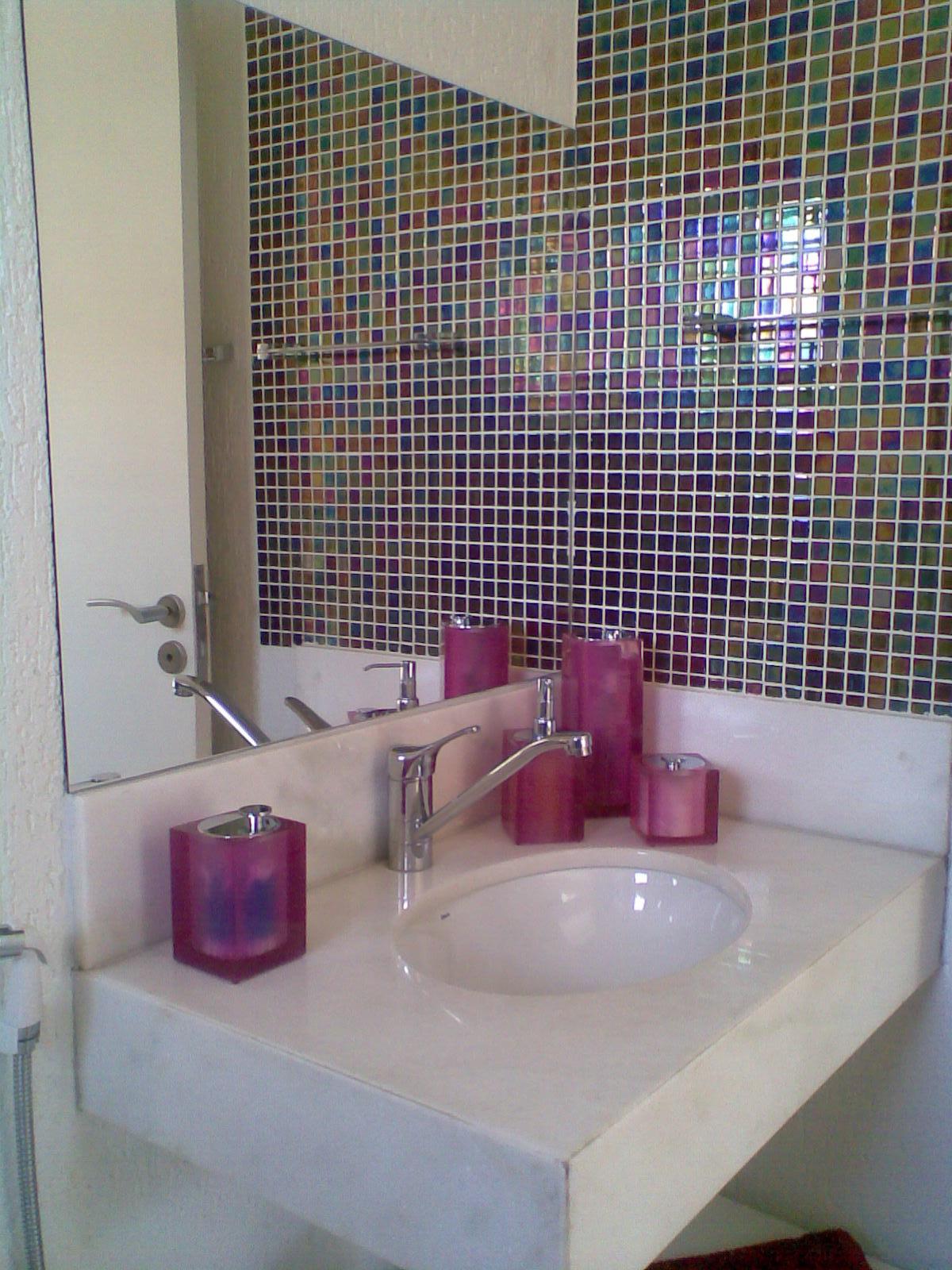 banheiro da filha tem pastilhas de vidro furta cor com acessórios  #633C3F 1200 1600