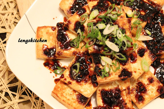 Pan Fried Tofu with Dark Sweet Soy Sauce 油煎黑酱油豆腐