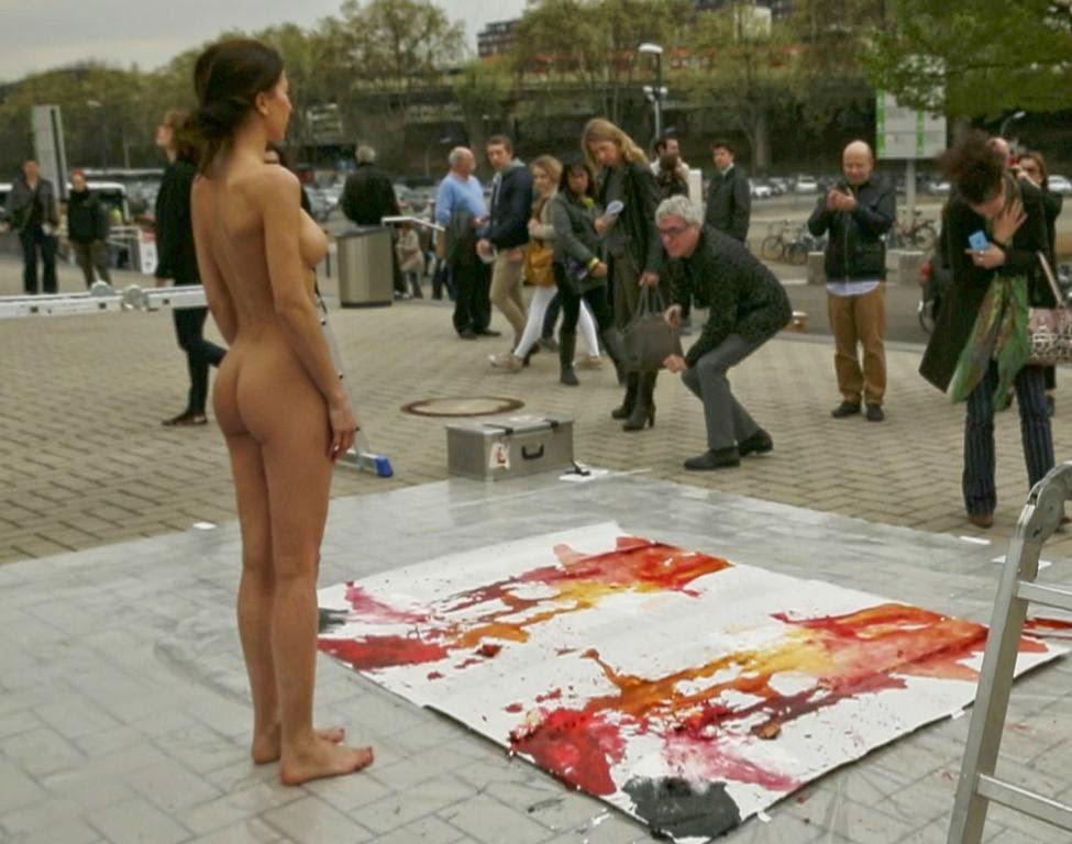 """Artista """"dá à luz"""" pintura expelindo ovos com tinta da vagina"""