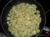 Croquetas de tortilla - papas y cebollas en la sartén