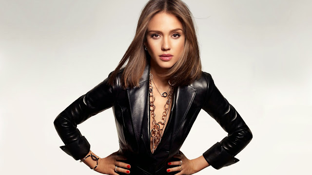Jessica Alba con una chaqueta negra