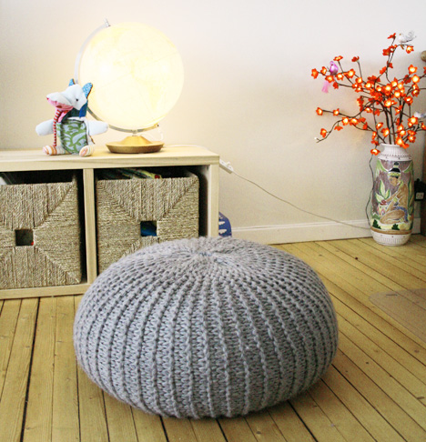 diy un pouf en tricot initiales gg. Black Bedroom Furniture Sets. Home Design Ideas