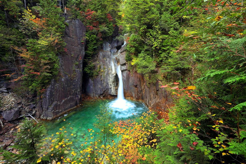 http://2.bp.blogspot.com/-bo4fm3H5YvA/UVJaftbPljI/AAAAAAABuVY/MNkdb0l2QYE/s1600/hermosa-cascada-en-el-bosque-junto-a-las-monta%C3%B1as.jpg