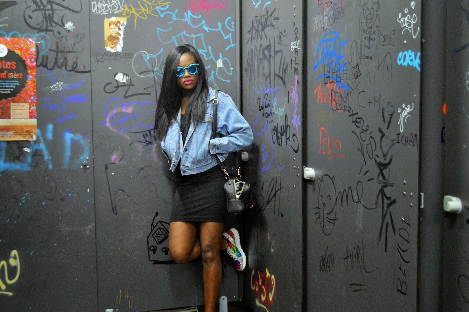 veste en jean, robe noire, lunettes bleues, basket multicolores