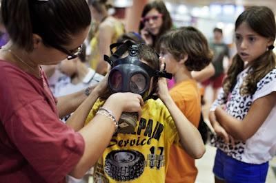 Prevendo um suposto uso de armas químicas pela Síria, famílias israelenses recebem kits com máscaras de gás para proteção