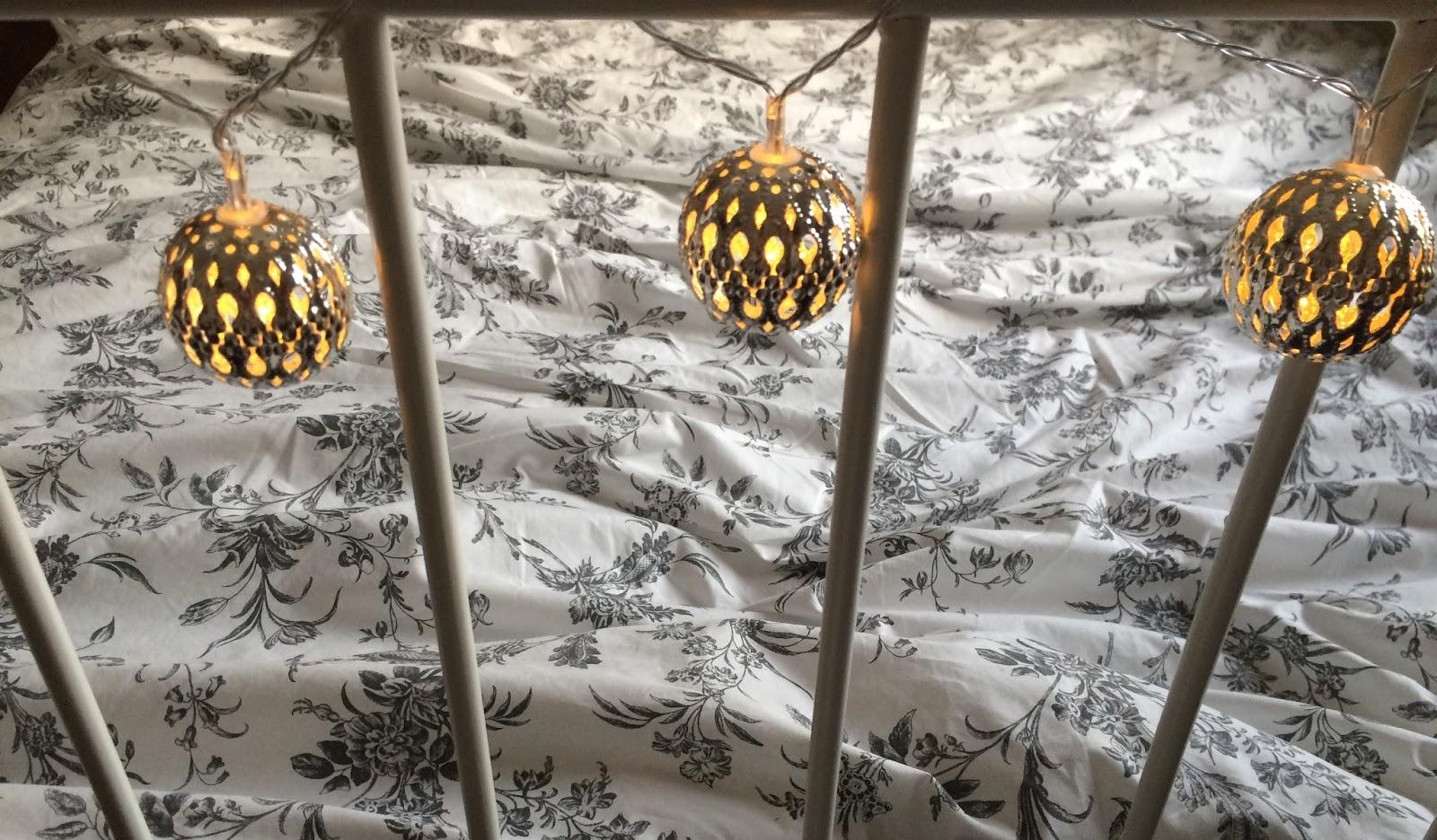 fairy lights, lights4fun, silver, bed