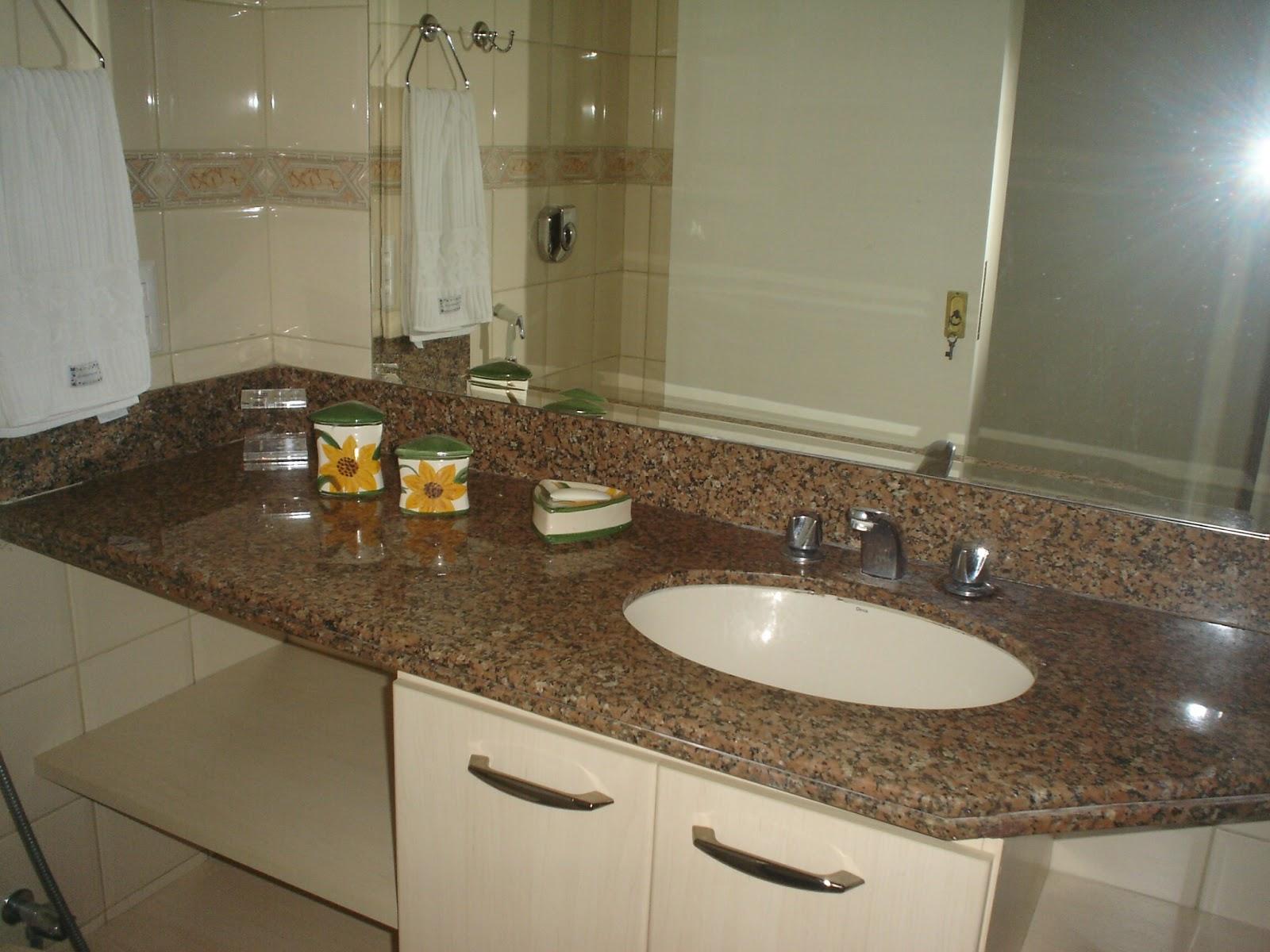 BANHEIRO SOCIAL c/ box bilndex bancada c/ granito espelho e armário #A97B22 1600x1200