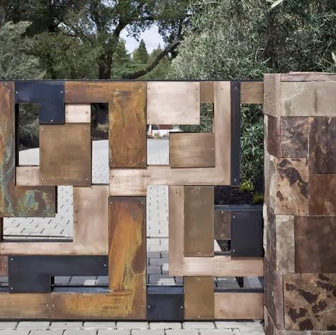 Diseño moderno de un cerco hecho de piedra, madera y fierro