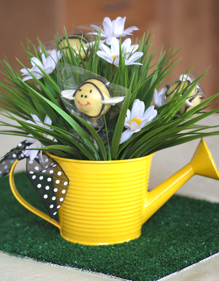 Centerpieces ideas centerpiece ideas cakes pop bees for Artificial bees for decoration