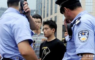 Zhang saat ditemukan aparat dan beberapa warga lainnya sedang mengemis di kota