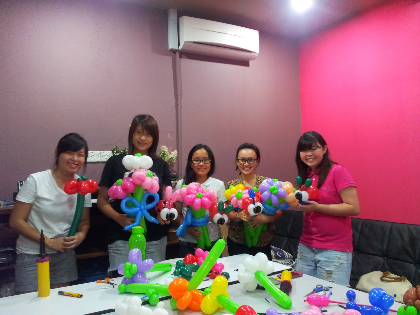 Balloon decorations for weddings birthday parties for Balloon decoration classes