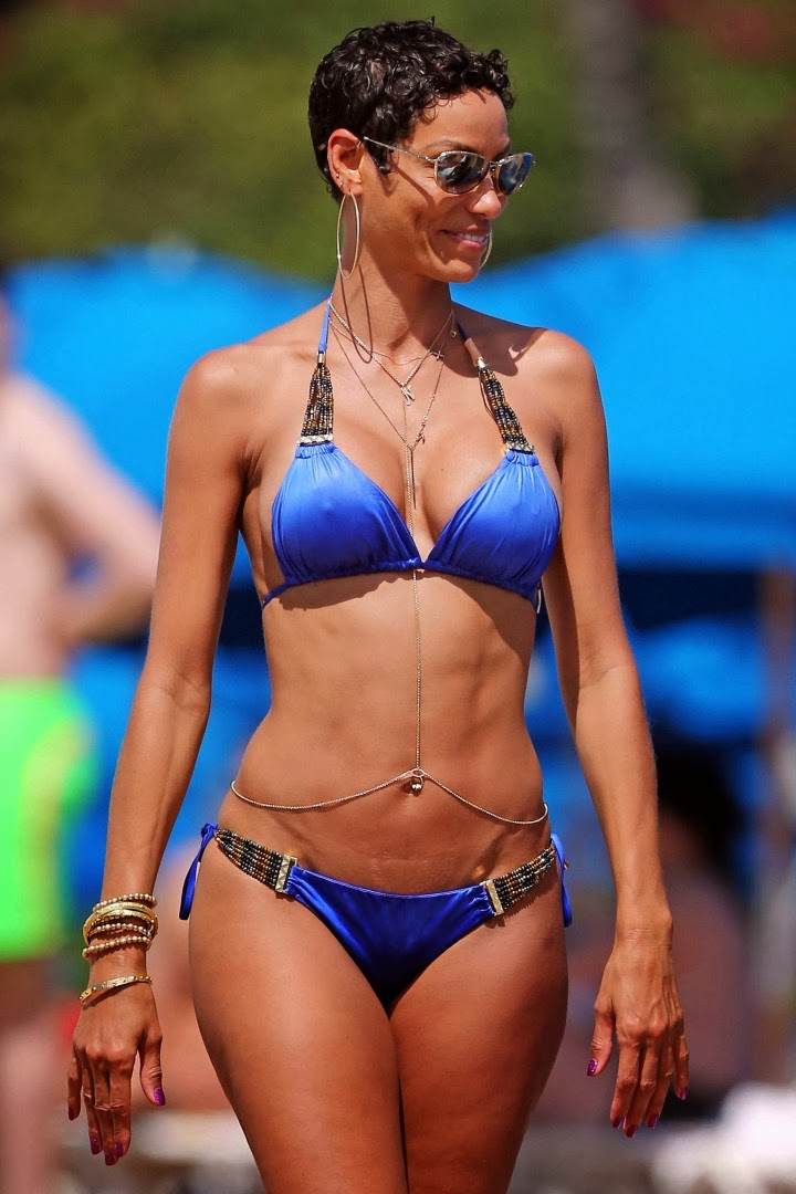 Nicole Murphy prances around in a Blue Bikini as she gives her glimpse in Hawaii