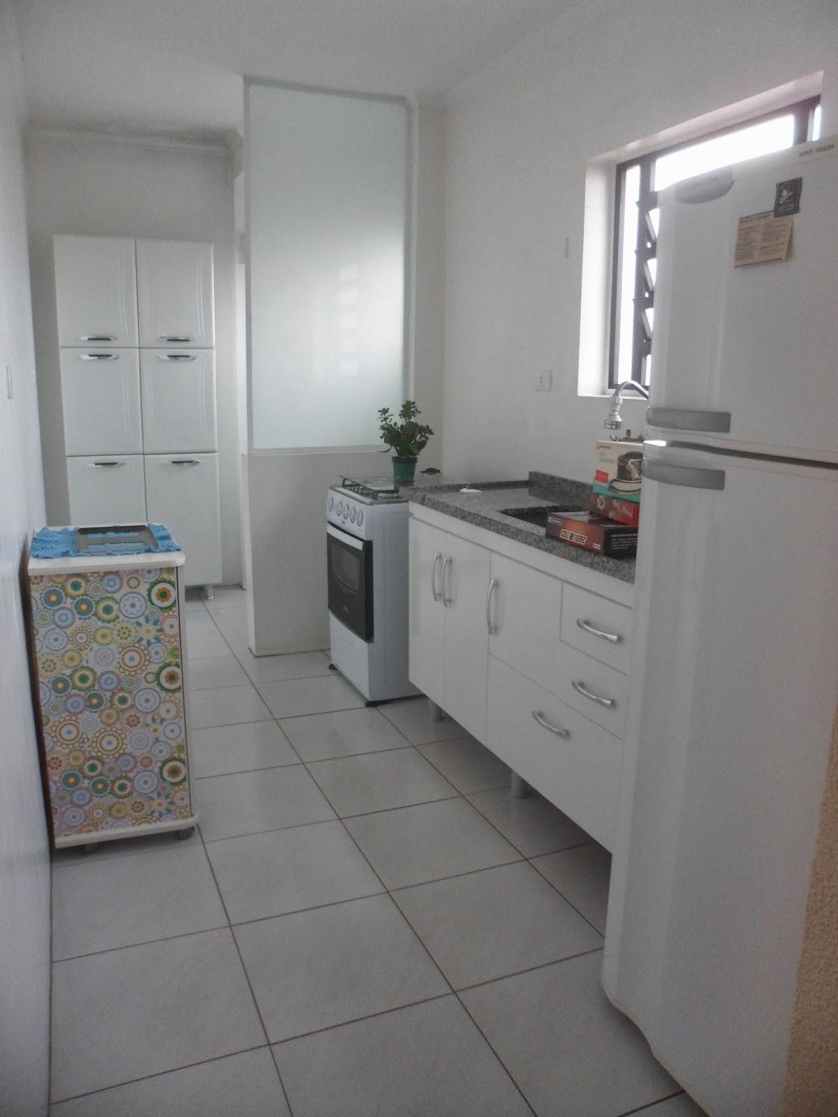 tamanho da cozinha é bom é bem iluminado por causa da janela na  #4E6671 1200x1600 Banheiro Azulejo Pintado