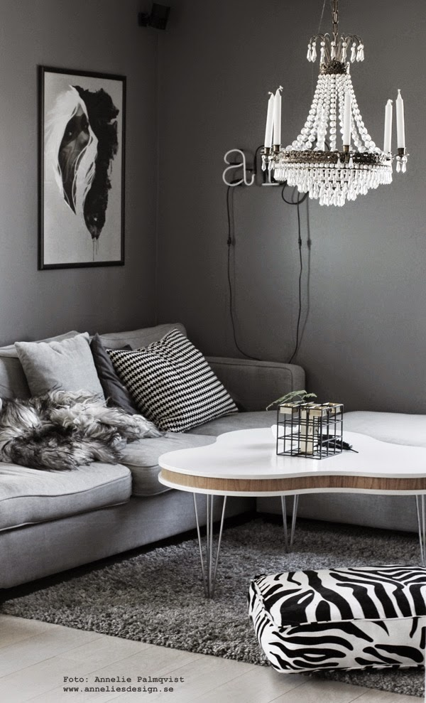 vardagsrum, kombinerad ljusstake och vas, svart och guld, tygsoffa, soffa, soffor, grått, grå soffa av tyg, grå matta, zebra kudde, kuddar, neonljus, neonbokstäver, grått, gråmålade väggar, soffbord, kombinerad ljusstake och vas, webbutik med inredning, inredningsdetaljer, webbutiker, annelies design interior, på bordet, vas, vaser, ljusstake, ljusstakar, svart och vitt, svartvit, svartvita, fårskinn, isländska skinn,
