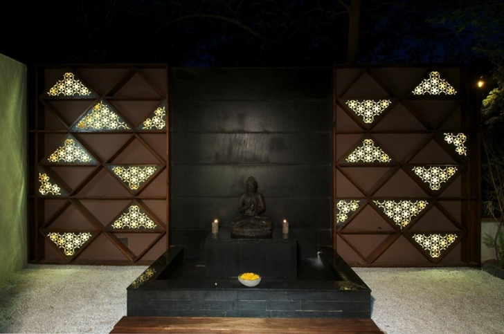 Budha statue in Courtyard Home by Hiren Patel Architects