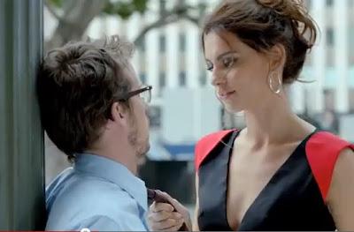 modelo italiana seduce a hombre de oficina en video comercial de Fiat