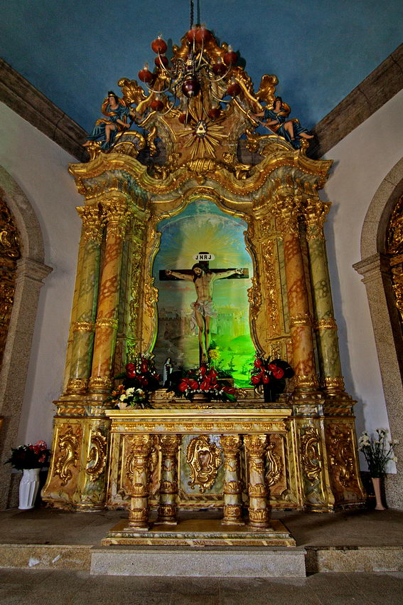 Foto do altar. Acentuado efeito de perspectiva, devido`à lente ultra angular