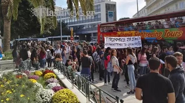 Μάζεψαν εκκολαπτόμενους κομμουνιστες στην Κρήτη που άλλου; εκεί εχει τα μεγαλύτερα ποσοστά αυτής της φυλής!να λενε  υπέρ των δηθεν προσφύγων  στα σχολεία