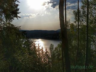 Blick auf die Talsperre bei Sonne im Sommer
