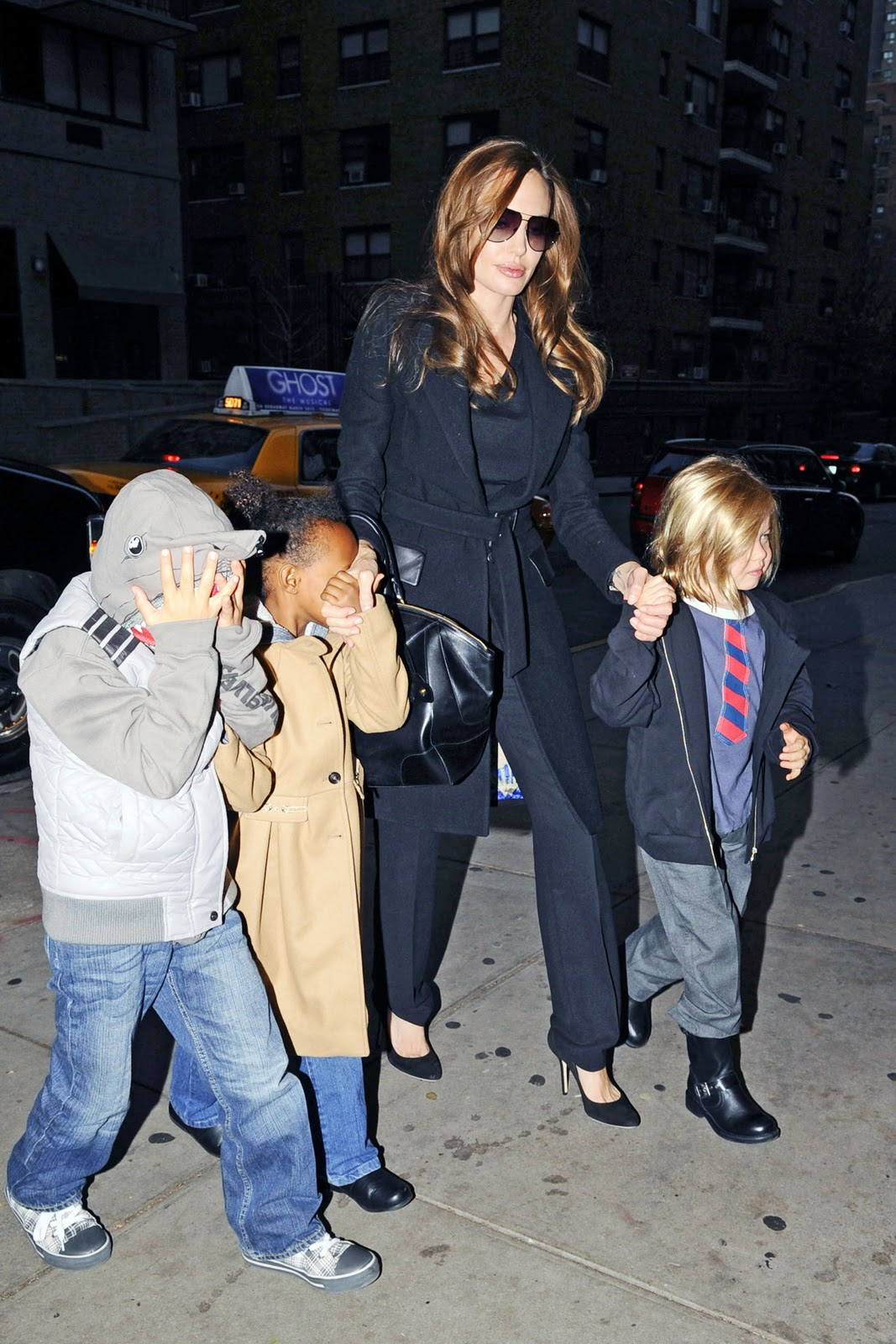 http://2.bp.blogspot.com/-bseObSdNNFU/TuneoGicoeI/AAAAAAAAEMc/8fmo5rUp7So/s1600/DailyCoolFun-Angelina+Jolie+and+her+children+to+watch+The+Muppets+in+New+York+City+%25281%2529.jpg