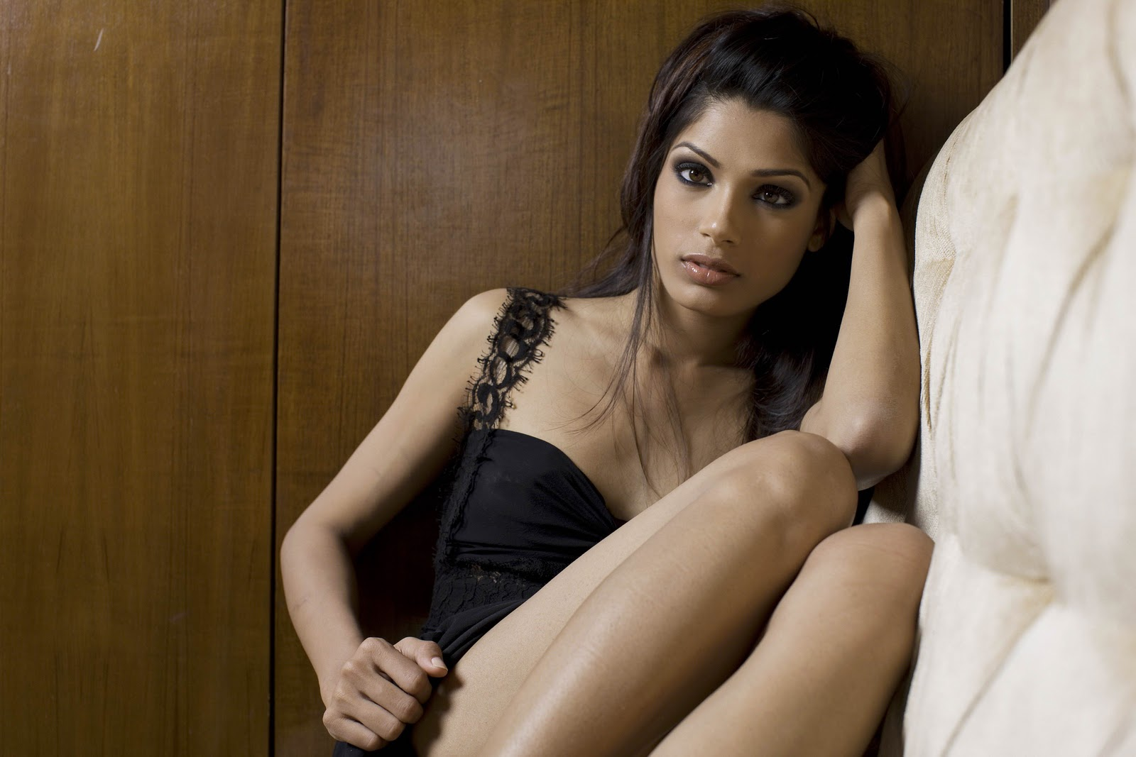 http://2.bp.blogspot.com/-bseRsv89R_8/UAla1qwrIzI/AAAAAAAAAy4/sUPjwJRy27k/s1600/freida-pinto-hot-photo-shoot-wallpaper.jpg