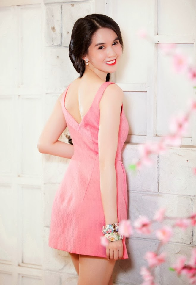 Ngoc Trinh gently with a graceful bow spot dress