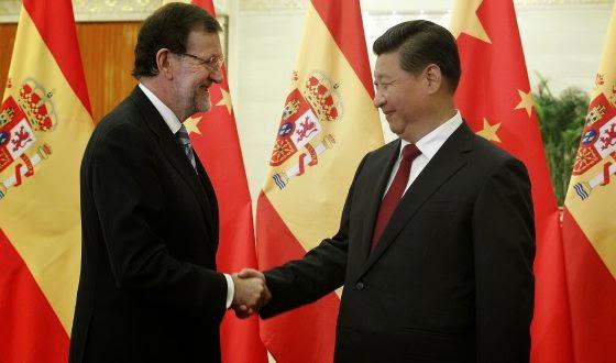 Rajoy y  中华人民共和国主席 se dan la mano