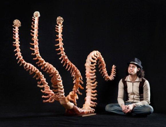 Jon Beinart esculturas bizarras de bonecos de plastico como centopeia humana