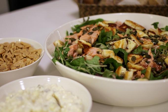 ruokaisa salaatti lohi halloumi päärynä