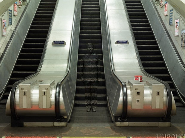 12-London-Underground-Escalators-Liu-Bolin-Find-The-Painted-Invisible-Man-www-designstack-co