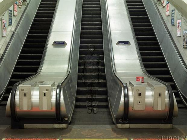 12-London-Underground-Escalators-Liu-Bolin-Find-The-Painted-Invisible-Man-www-designstack-co