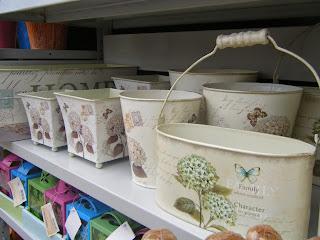 Conjunto de vasos de lata com uma decoração tipo Shabby Chic