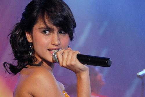 Penyanyi dan artis cantik cinta laura